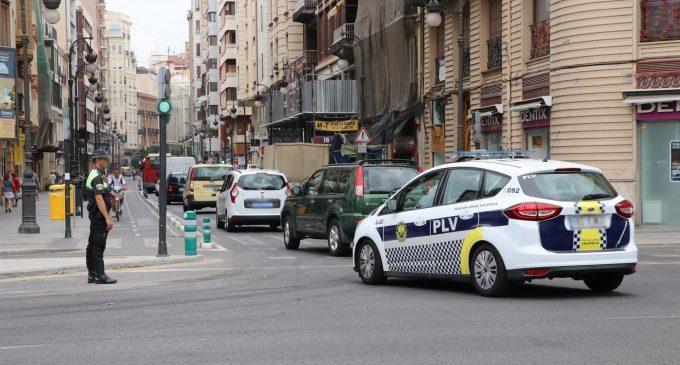 Un operatiu de Policia Local ordena el trànsit al carrer Ruzafa davant els canvis en els accessos