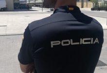 Detinguda per colpejar a agents, intentar mossegar-los i donar puntades al cristall d'un cotxe policial