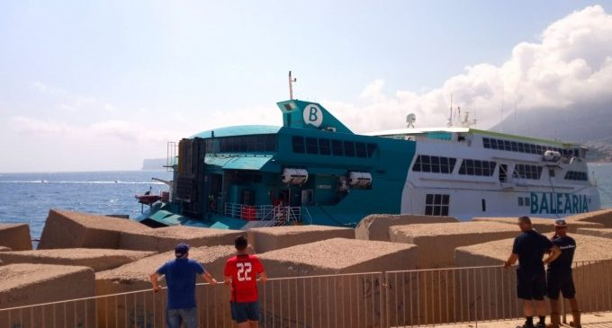 Baleària comienza los preparativos para la operación de descarga de los 70 vehículos del ferry encallado en Dénia