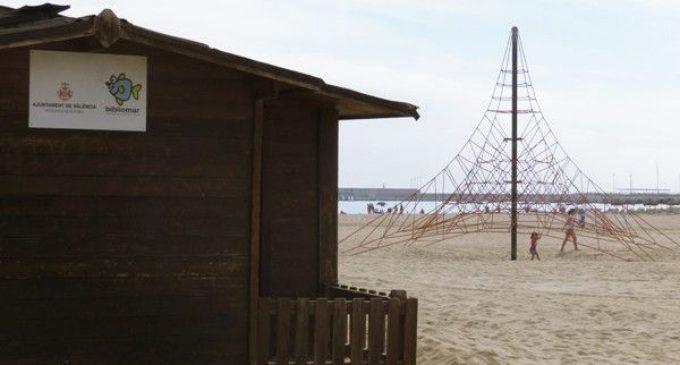 Biblioteques a les platges de València per a submergir-se en el mar de la lectura