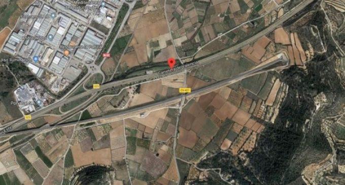 Crema un vehicle en l'A-3 i les flames es propaguen a naus industrials de Xiva