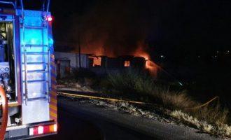Sofocado un incendio en una nave con vehículos en el Camino Viejo de Elche