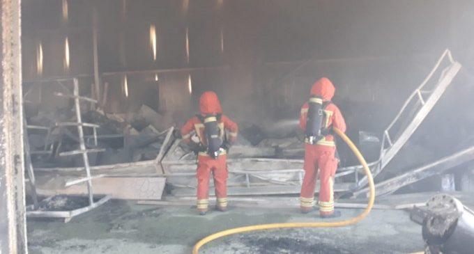 Crema una nau industrial d'una fàbrica de taüts de Novetlé