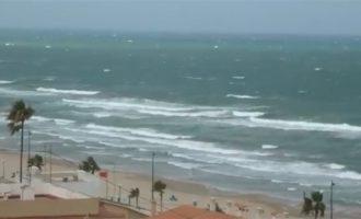 El viento obliga a cerrar parques y playas en València mientras continúan las lluvias intensas en la Comunitat Valenciana