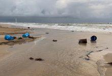 El temporal se lleva por delante pasarelas y mobiliario urbano de la playa Arenales del Sol en Elche