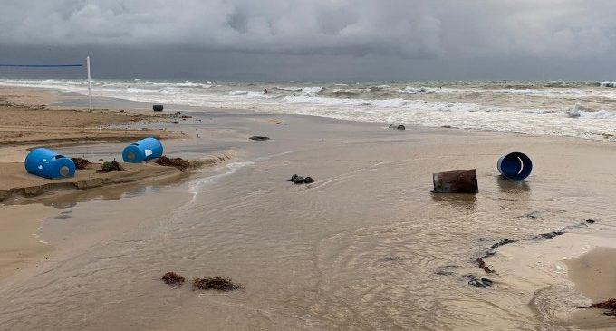 El temporal s'ha passat per damunt passarel·les i mobiliari urbà de la platja Arenals del Sol a Elx