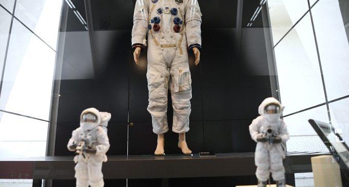 El Museu de les Ciències exhibeix una rèplica del vestit d'astronauta de Neil Amstrong