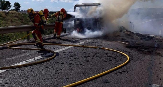 L'incendi d'un camió en l'A-7 provoca quatre quilòmetres de retencions