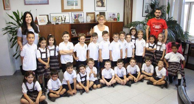 Els alumnes de primària del col·legi Sant Cristòfor Màrtir de Picassent visiten l'Ajuntament del municipi