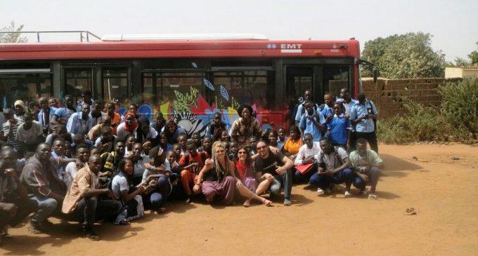 Los viejos autobuses de la EMT transportan esperanza a las zonas más vulnerables
