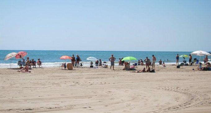 """Reobrin al bany la platja de Pinedo després dels resultats """"òptims"""" de la qualitat de l'aigua"""