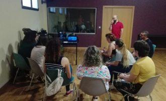 Membres d'associacions de persones amb discapacitat participen en el taller 'Arts escèniques inclusives'