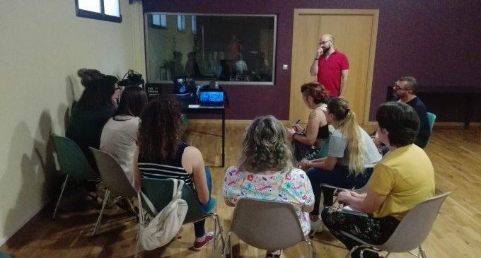 Miembros de asociaciones de personas con discapacidad participan en el taller 'Artes escénicas inclusivas'