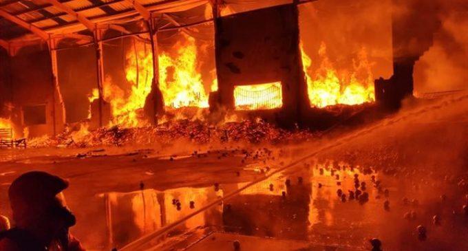 Una nave que almacena cebollas arde en la Pobla de Vallbona