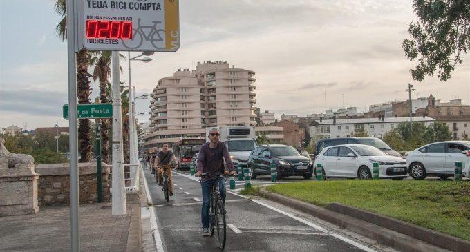 La llei d'acompanyament obri la porta a tarifes pactades en taxis i accés de bicis i patinets al transport públic