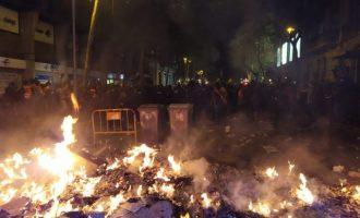 Màxima tensió en la Delegació de Govern de Barcelona amb diverses fogueres i càrregues policials