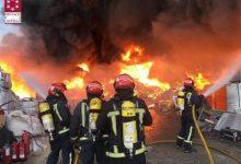 Bombers treballen en l'extinció d'un incendi en una empresa de reciclatge de palets a Betxí