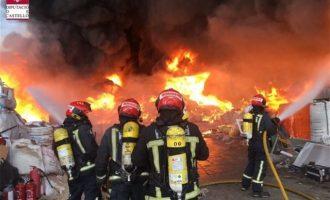 Bomberos trabajan en la extinción de un incendio en una empresa de reciclaje de palets en Betxí