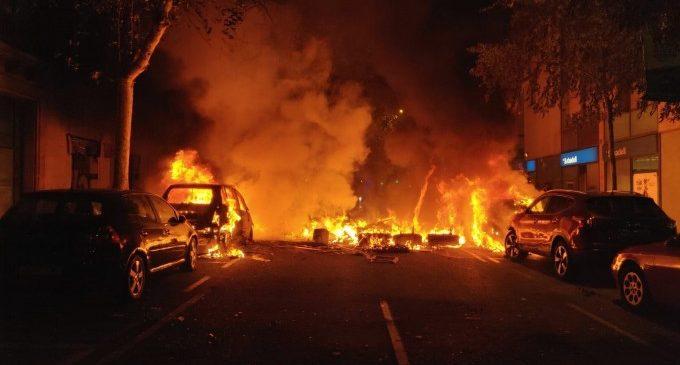 Incendian varios coches en el centro de Barcelona en una nueva noche de graves altercados