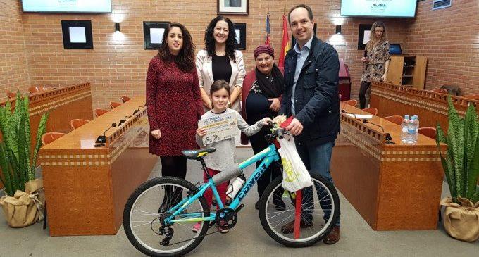"""Els guanyadors del concurs """"La bici dels meus somnis"""" reben la seua bicicleta a l'Ajuntament d'Aldaia"""