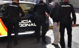 Detingut un empresari que tenia a cinc treballadors sense permís de treball