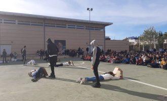 El alumnado del IES Rafelbunyol protesta contra la violencia de género