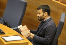 Marzà lee el libro 'Facha' durante una intervención de Vox en Corts