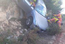 Alliberen una dona d'un cotxe després de patir un accident a la Pobla de Vallbona