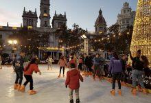 Menors tutelats per la Generalitat gaudeixen de la pista de gel de la plaça de l'Ajuntament