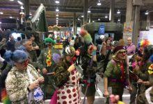 Activistes irrompen en Expojove vestits d'exèrcit de pallassos en protesta per presència de Forces Armades