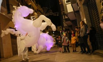 """Un espectacle de """"cavalls de llum"""" acompanya l'encesa de l'arbre d'Ontinyent Il·lusiona"""