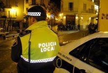 Detingut un home per pegar puntades a la seua dona al carrer
