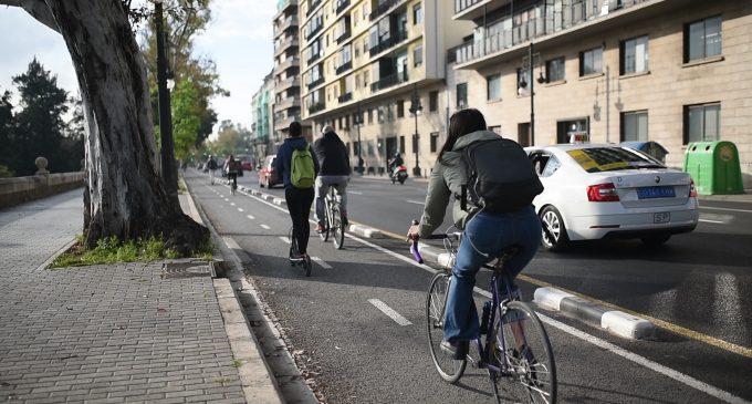 La Universitat de València crea la Mesa de Movilidad para promover el acceso a pie, en bicicleta y transporte público