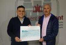 Óscar Borrell lliura a l'Associació Pàrkinson Benicadell els prop de 3000 euros recaptats a la Sant Silvestre Solidària d'Ontinyent