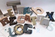 Letras rescatadas de rótulos publicitarios adquieren una segunda vida solidaria