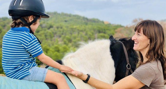 Deu famílies valencianes tindran una beca perquè els seus fills amb diversitat funcional accedisquen a teràpia amb animals