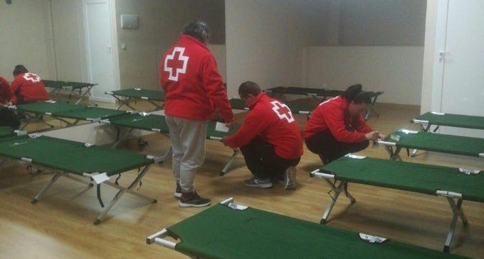 Creu Roja instal·la un alberg per a persones sense llar a Alzira davant la baixada de temperatures aquest cap de setmana