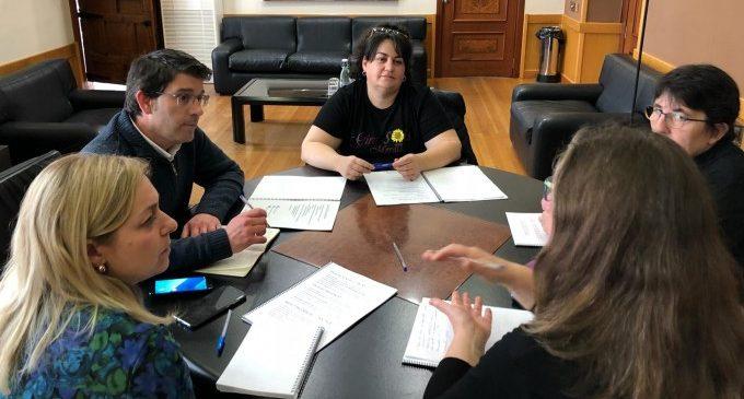"""La asociación feminista """"Girasoles Morados"""" presenta su proyecto al Alcalde de Ontinyent y la regidora de Igualdad"""