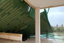 La cubierta del estadio municipal de Sueca cae sobre un edificio por el viento