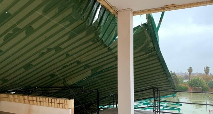 La coberta de l'estadi municipal de Sueca cau sobre un edifici pel vent