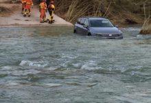 Bomberos rescatan a un conductor que se despistó y se metió con el coche en el Serpis