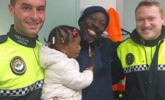 Dos policías locales de Sueca salvan la vida de una niña de dos años