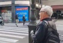 """Un home esbronca a Ribó pel carrer pels Magues de Gener: """"Cal tindre collons per a portar castellers a València"""""""