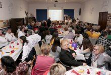 Más de 400 vecinos participan en la cena del hambre de Puçol