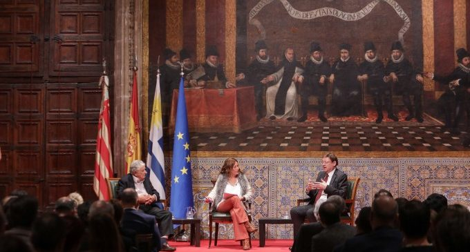 Ximo Puig y José Mujica reflexionan sobre los desafíos políticos y sociales del siglo XXI en la segunda sesión de 'Diàlegs al Palau'