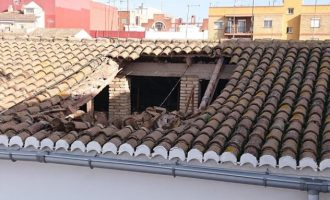Desallotgen quatre habitatges en caure part de la coberta d'un edifici a Aldaia