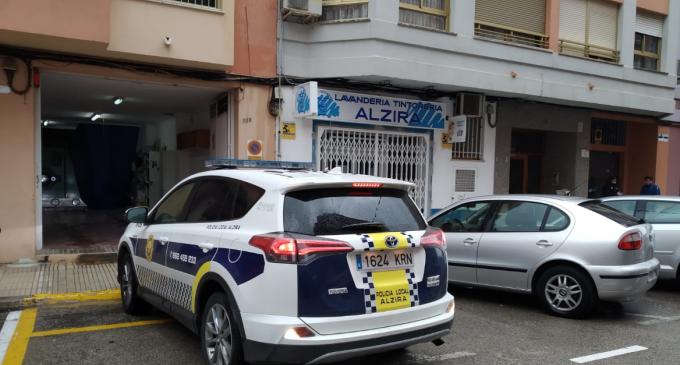 La Policia Local d'Alzira desinfecta els seus vehicles