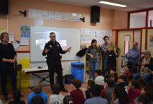 La Policia Local ensenya als col·legials com utilitzar els petards de manera segura