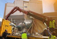 L'Ajuntament de Paterna trasllada i guarda en naus municipals els monuments fallers que són al carrer de la localitat