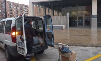 La Brigada Municipal recull el material sanitari que la Generalitat està fent arribar als Ajuntaments